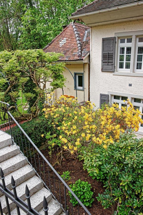 Jarda interna com o jardim pequeno da casa em Baden Baden fotos de stock royalty free