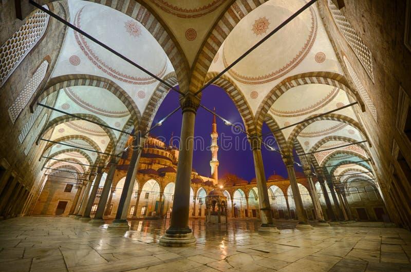 A jarda interna da mesquita azul imagens de stock royalty free