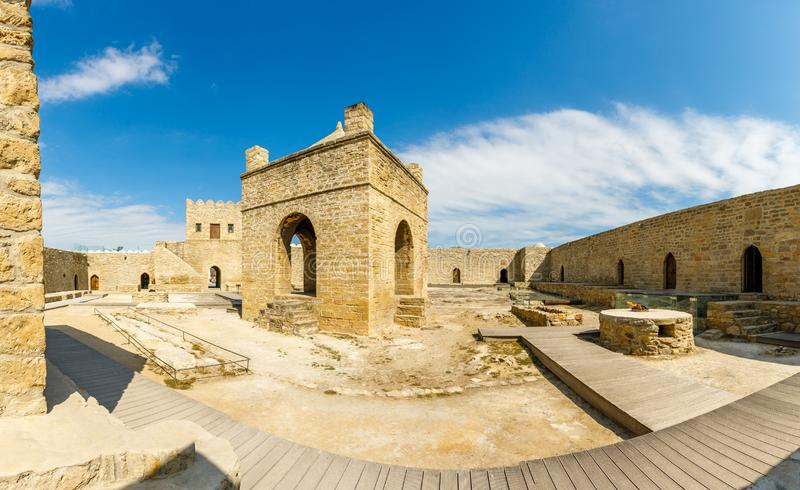 Jarda interna do templo de pedra antigo de Atashgah, lugar Zoroastrian da adoração de fogo, Baku fotos de stock