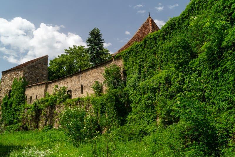 Jarda interna - igreja fortificada evangélica de Cristian, Brasov, Romênia foto de stock