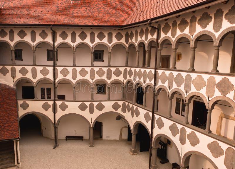 Jarda medieval velha do castelo. Veliki Tabor fotografia de stock