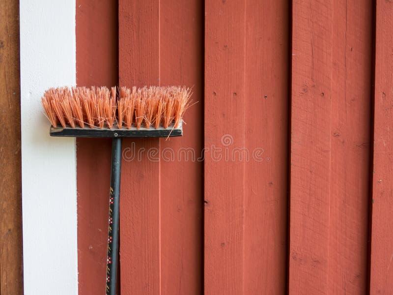 Jarda muśnięcie blisko ściany drewniany wiejski dom w Szwecja fotografia royalty free