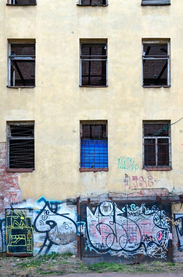 Jardas de St Petersburg velho Grafittis na parede da construção abandonada na pista de Bolshoy Kazachiy no centro histórico da ci imagem de stock royalty free