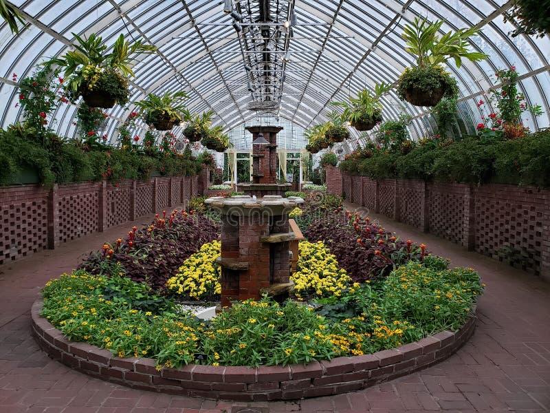 Jardim afundado no conservatório de Phipps e em jardins botânicos imagens de stock royalty free