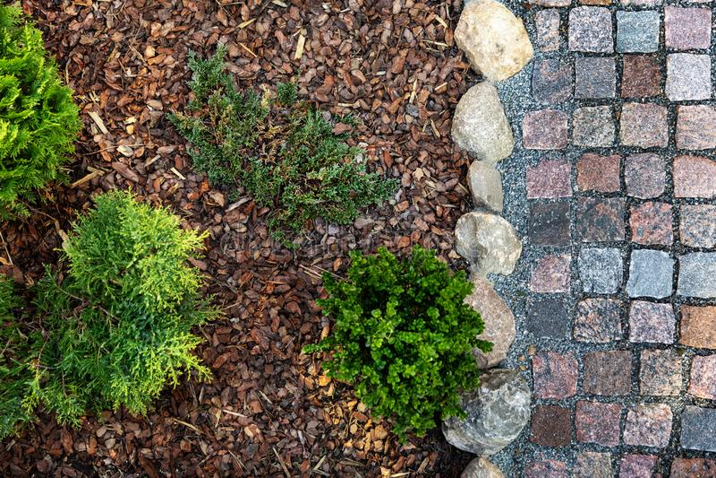 jardim ajardinado - mulched a cama de flor e o trajeto da pedra do granito fotos de stock