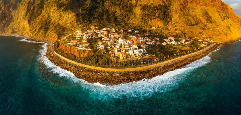Jardim beschädigen Dorf im Süden von Madeira, Sonnenuntergangvogelperspektive lizenzfreie stockbilder