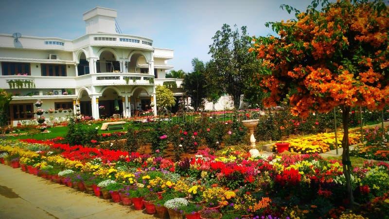 Jardim bonito com residência bonita fotografia de stock royalty free