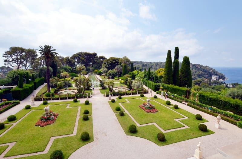 Jardim bonito com uma opinião do mar na casa de campo Rothschild, Riviera francês imagens de stock