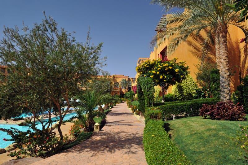 Jardim bonito no recurso do hotel e construção no estilo árabe tradicional Arquitetura do recurso em Egito imagens de stock