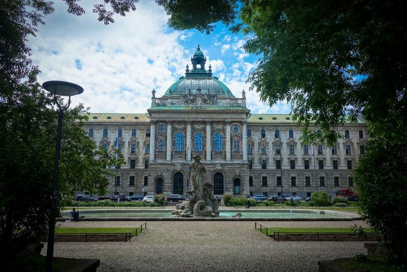 Jardim botânico com o palácio de justiça em Munich, Alemanha fotografia de stock