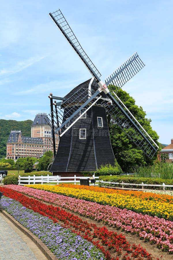Jardim colorido com moinho de vento fotos de stock royalty free