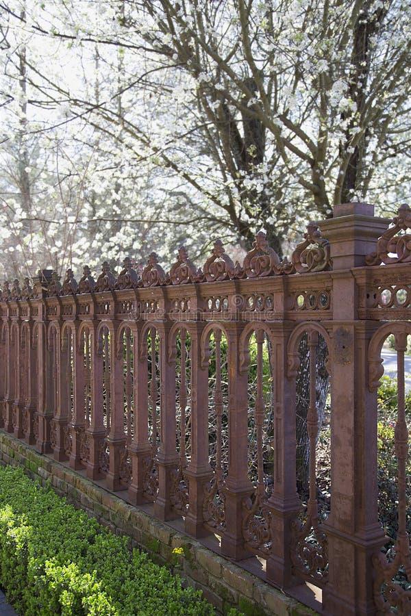 Jardim com cerca do ferro imagem de stock royalty free
