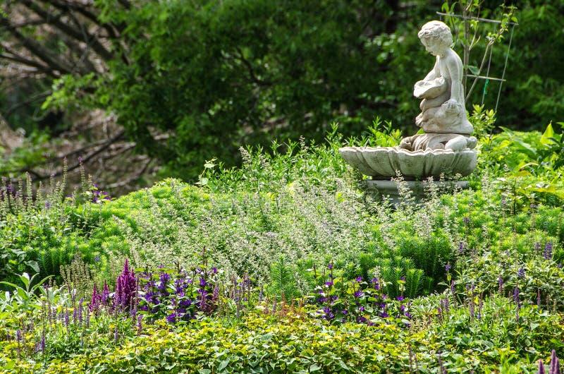 Jardim com estátua fotos de stock royalty free