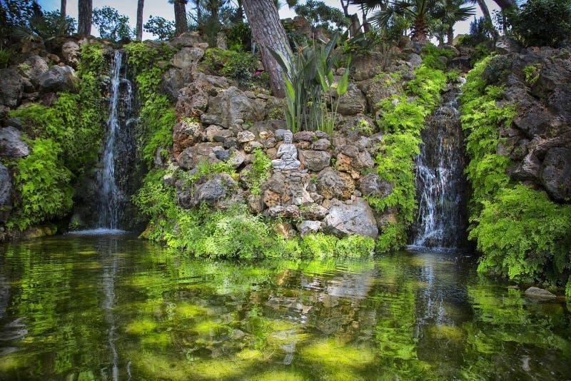 Jardim com estátua do indu fotografia de stock