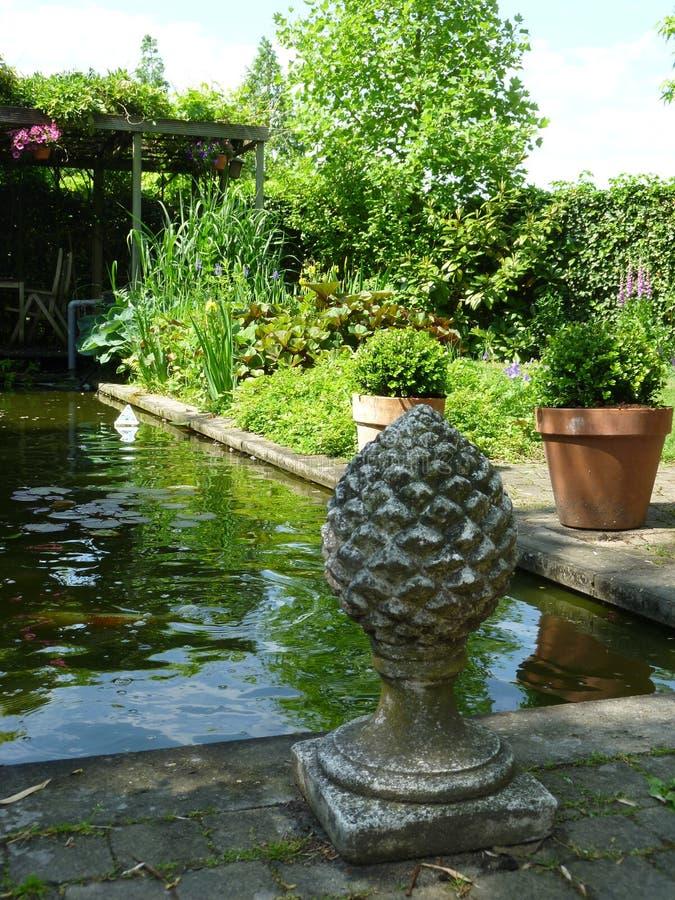 Jardim com lagoa e caramanchão imagem de stock