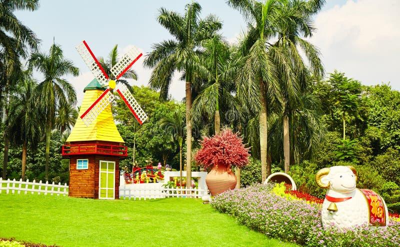Jardim com moinho de vento foto de stock