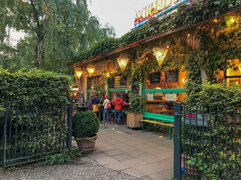 Jardim da cerveja de Schleusen Krug em Berlin Zoologischer Garten foto de stock