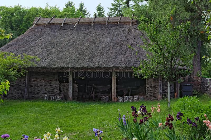 Jardim da frente com abrigo ucraniano típico Usado para veículos da loja e outras coisas Paisagem rural imagem de stock royalty free