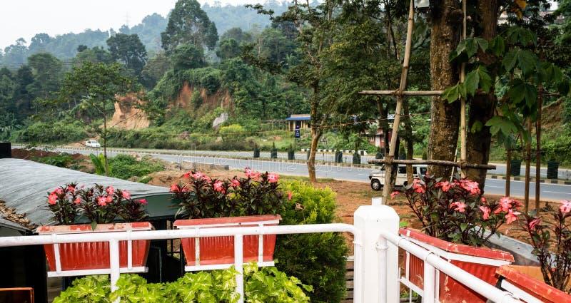 Jardim da frente de uma casa de férias da varanda Pátio romântico bonito decorado com as flores na mola Índia de Pelling Sikkim fotografia de stock royalty free