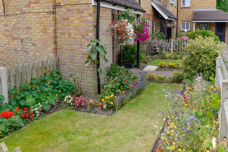 Jardim da Frente Suburbana em Inglaterra, Reino Unido fotos de stock royalty free