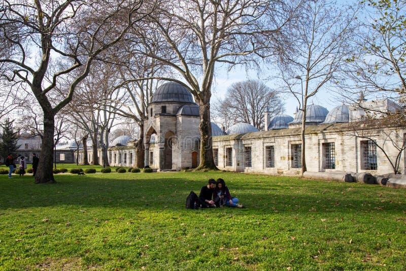 Jardim da mesquita de Suleymaniye _algum turista visitar mesquita estar descansar jardim imagens de stock