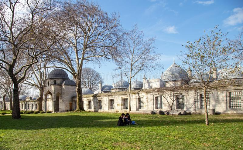 Jardim da mesquita de Suleymaniye _algum turista visitar mesquita estar descansar jardim foto de stock royalty free