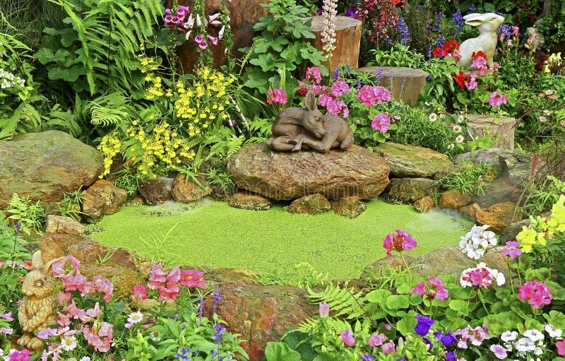 Jardim da mola com lagoa verde foto de stock royalty free