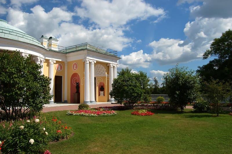 Jardim de arrasto. Ekaterininskiy um palácio foto de stock royalty free