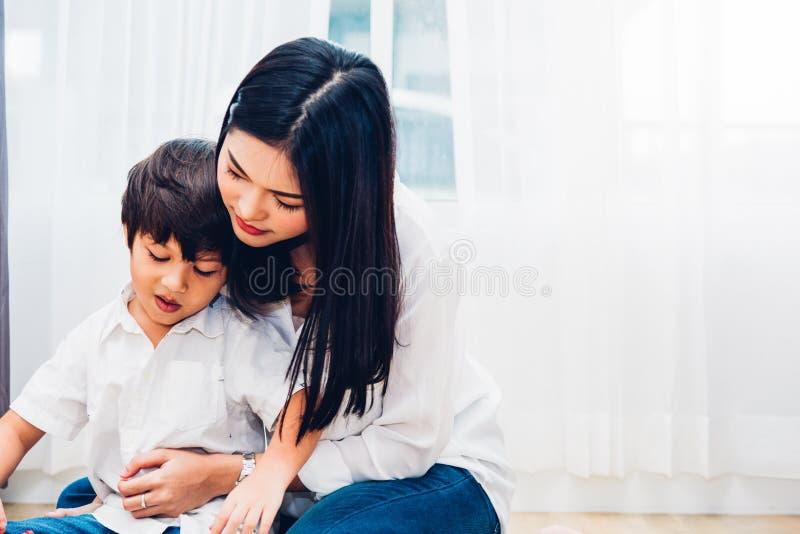Jardim de infância do menino da criança do bebê que joga o brinquedo com mãe bonita imagens de stock