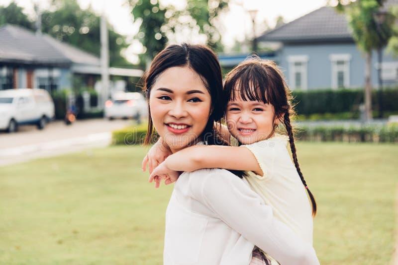 Jardim de infância feliz da menina do filho da criança das crianças da família que joga o CCB do passeio fotos de stock royalty free