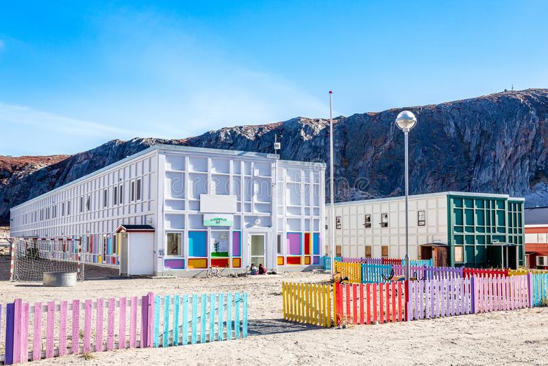 Jardim de infância greenlandic moderno com campo de jogos e o brejo colorido imagens de stock