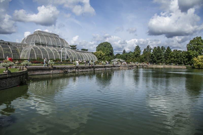 Jardim de Kew, a lagoa e a estufa fotos de stock royalty free