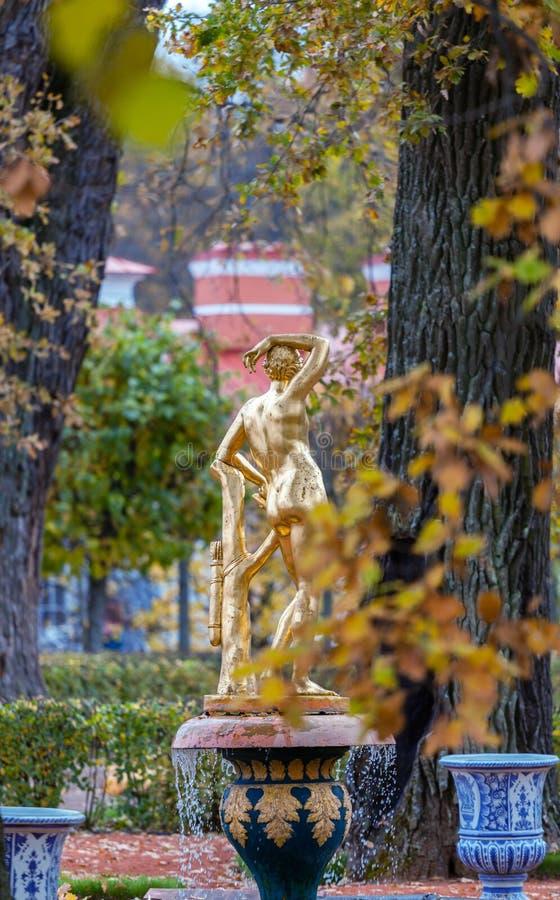 Jardim de Monplaisir com uma escultura do ouro foto de stock