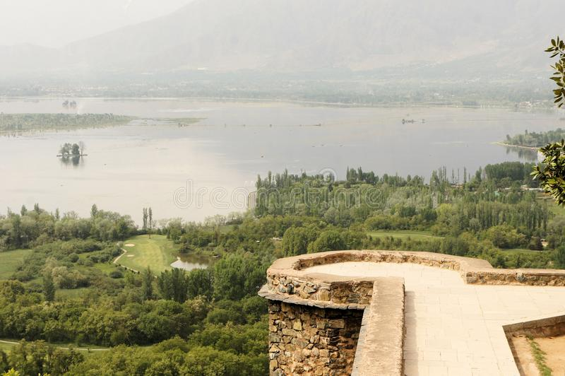 Jardim de Pari Mahal Mughal com lago Dal, Srinagar foto de stock royalty free
