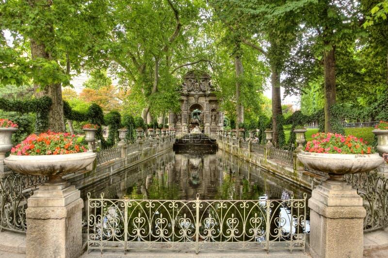 Jardim de pedra gótico e lagoa foto de stock