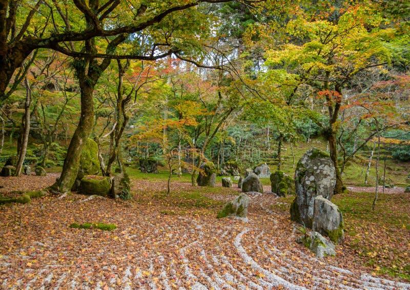 Jardim de rocha da parte traseira do templo de Komyozenji imagens de stock royalty free