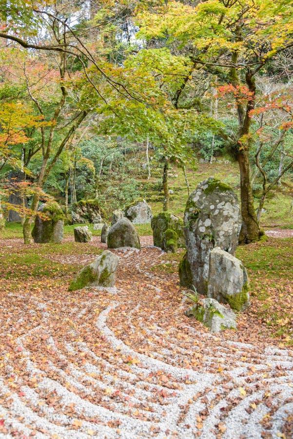 Jardim de rocha da parte traseira do templo de Komyozenji imagem de stock