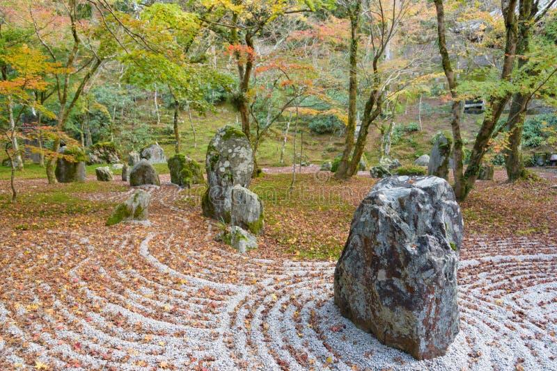 Jardim de rocha da parte traseira do templo de Komyozenji fotos de stock