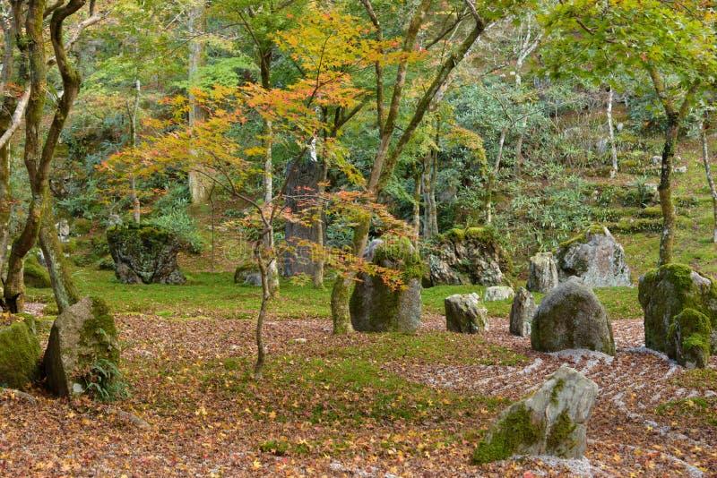 Jardim de rocha da parte traseira do templo de Komyozenji fotos de stock royalty free