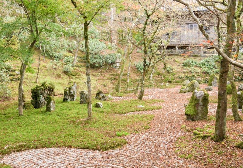 Jardim de rocha da parte traseira do templo de Komyozenji na estação do outono imagens de stock royalty free