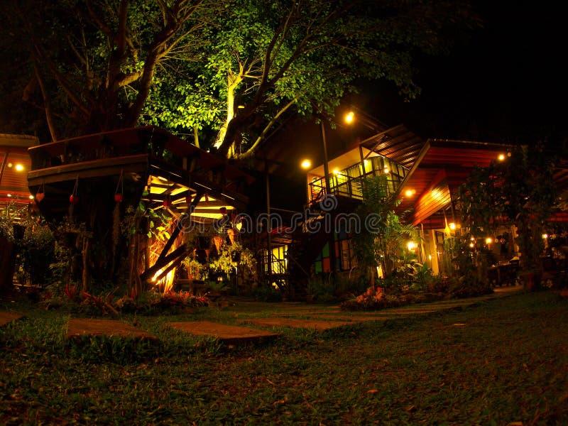 Jardim decorado com a lanterna morna da iluminação imagens de stock royalty free