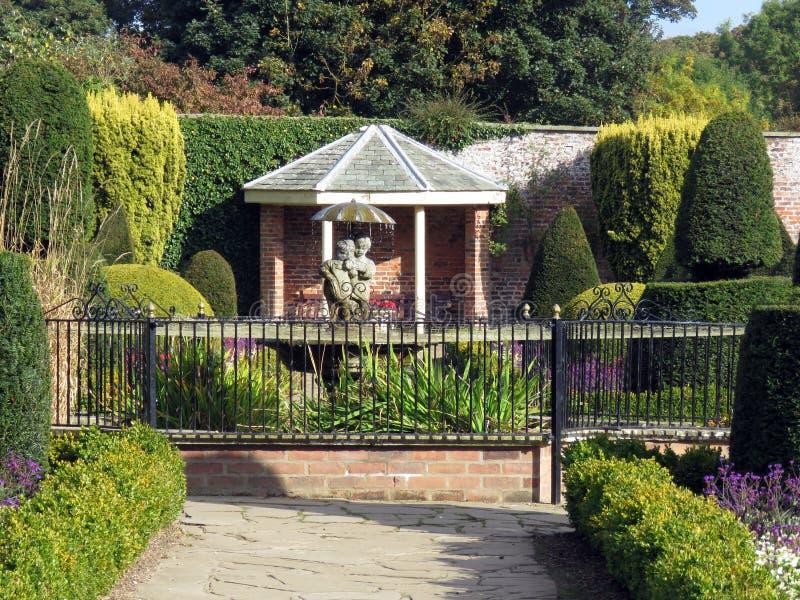 Jardim decorativo com Topiary e fonte fotos de stock royalty free