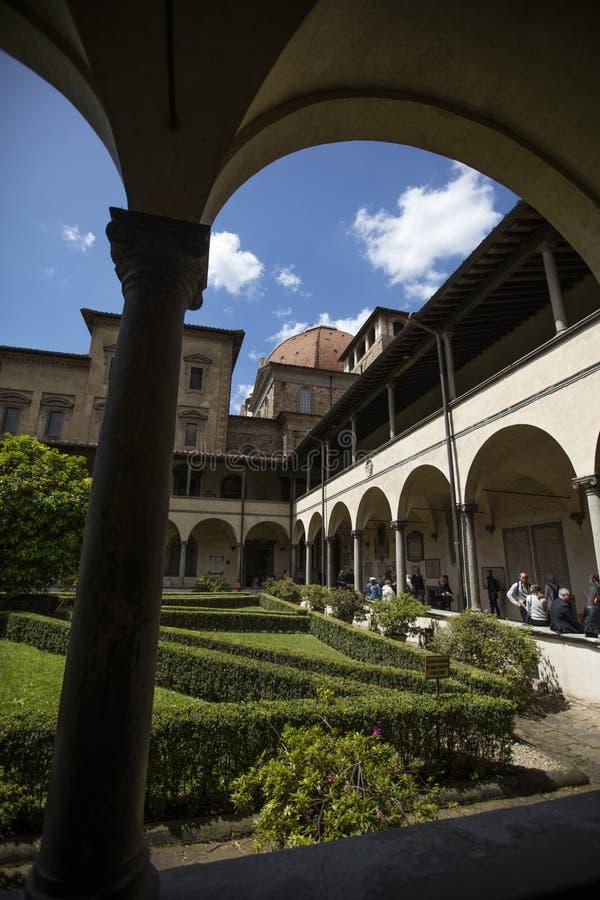 Jardim do claustro dos di San Lorenzo da basílica, Florença, Itália - 23 de maio de 2016 imagens de stock royalty free
