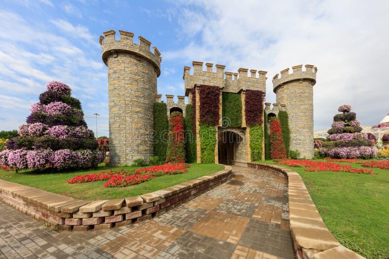 Jardim do Milagre e arquitetura do castelo à luz do sol, Dubai fotografia de stock royalty free