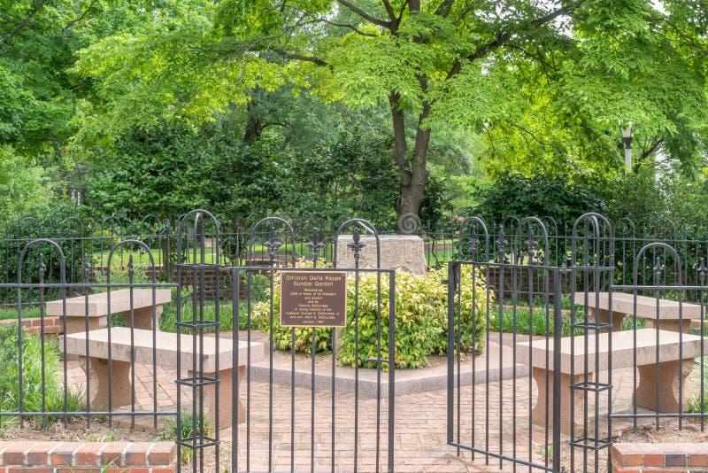 Jardim do relógio de sol do Kappa do delta de Omicron na universidade de Caroli sul fotos de stock