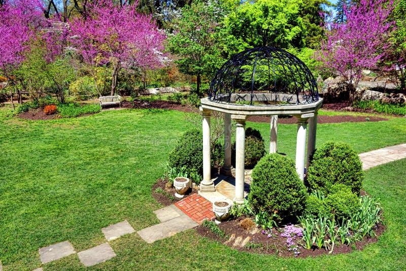Jardim do templo da mola dos jardins botânicos do parque de Sayen imagens de stock royalty free