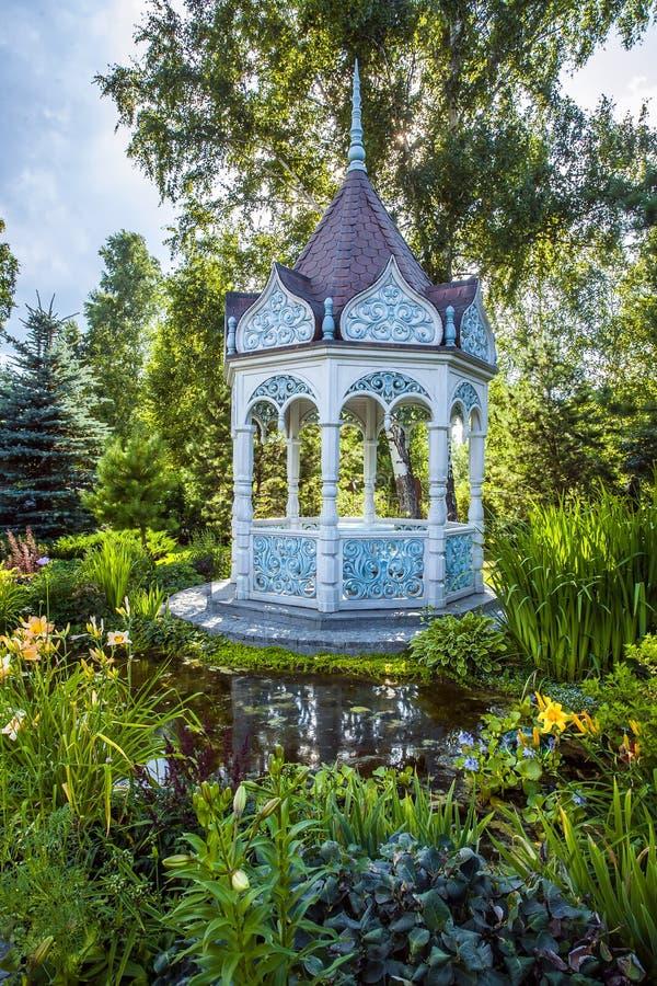 Jardim do verão com alcova imagem de stock royalty free