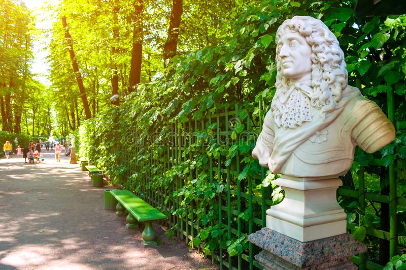Jardim do verão em St Petersburg, Rússia A escultura da escultura de Frederick I, eleitor de Branburg, rei de Prússia fotos de stock royalty free