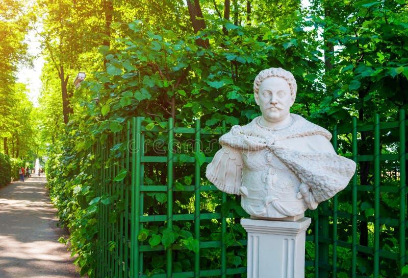Jardim do verão, St Petersburg, Rússia A escultura de Jan Sobieski, rei polonês no jardim do verão imagem de stock royalty free