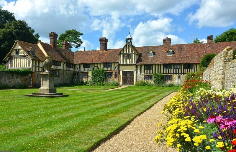 Jardim e casa de campo murados fotos de stock royalty free